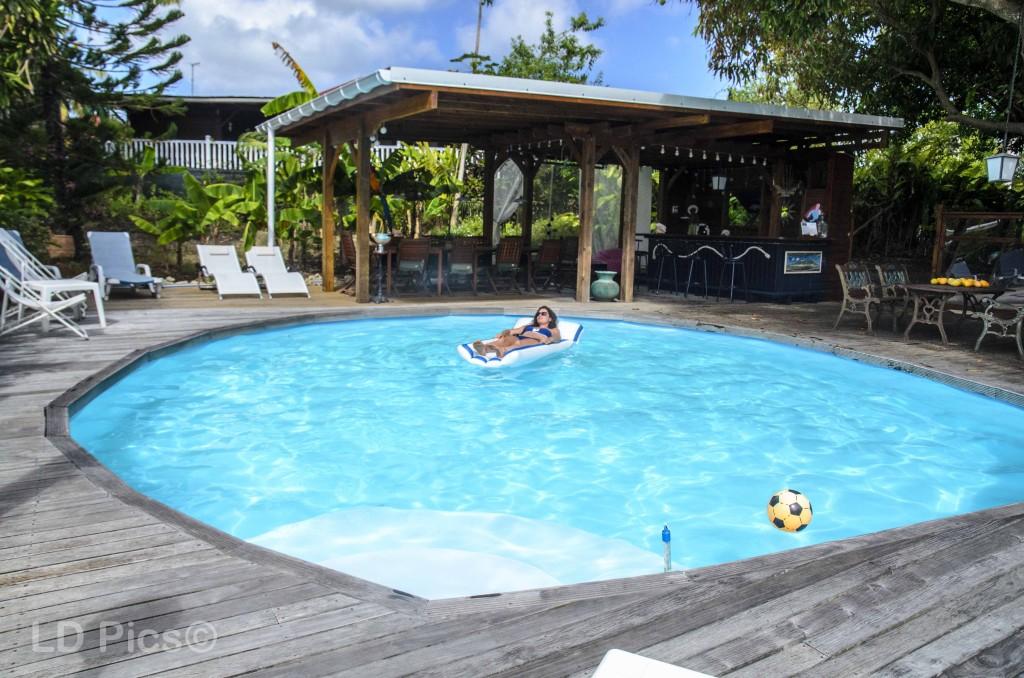Laissez vous flotter sur la piscine de la villa