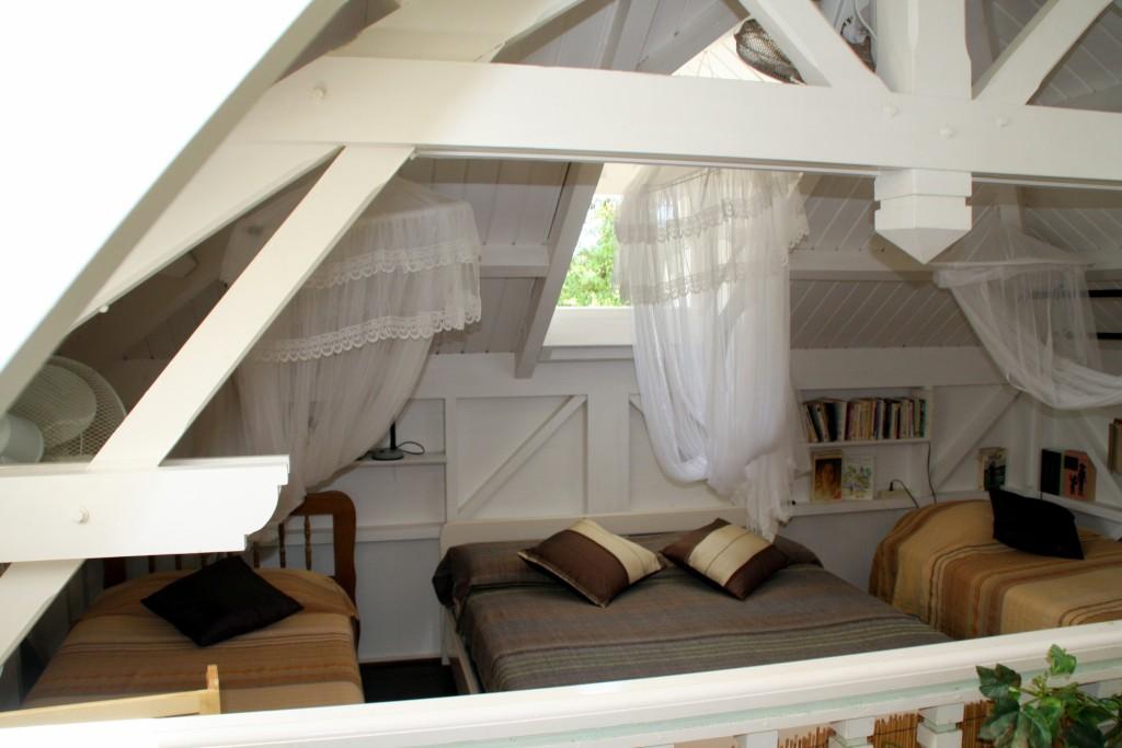 La mezzanine au dessus du séjour de la villa